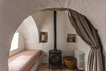 Trullo Iduna alcove with single bed and wood burner
