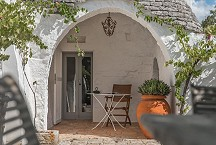 Trullo Iduna outside alcove