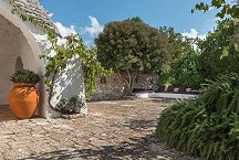 Trullo Iduna outside alcove and fire pit