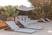 Masseria Marvicino_lounge by the pool
